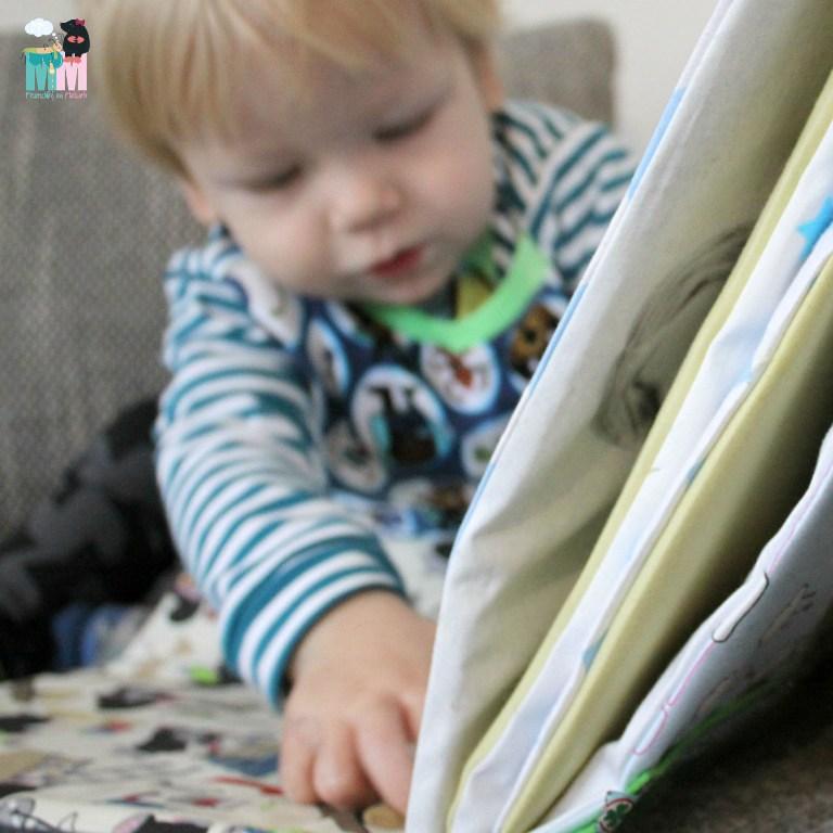 foto stoffbuch f r babys diy n hen lernen. Black Bedroom Furniture Sets. Home Design Ideas