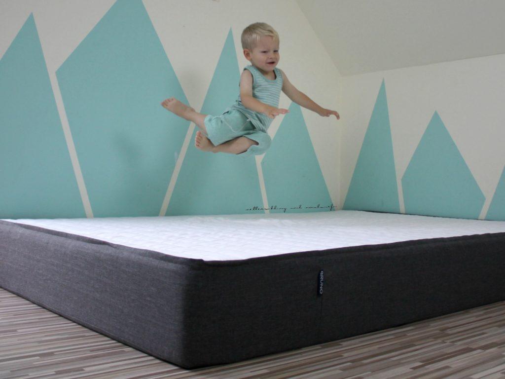 unser neuer im schlafzimmer bruno mum lifestyle blog. Black Bedroom Furniture Sets. Home Design Ideas